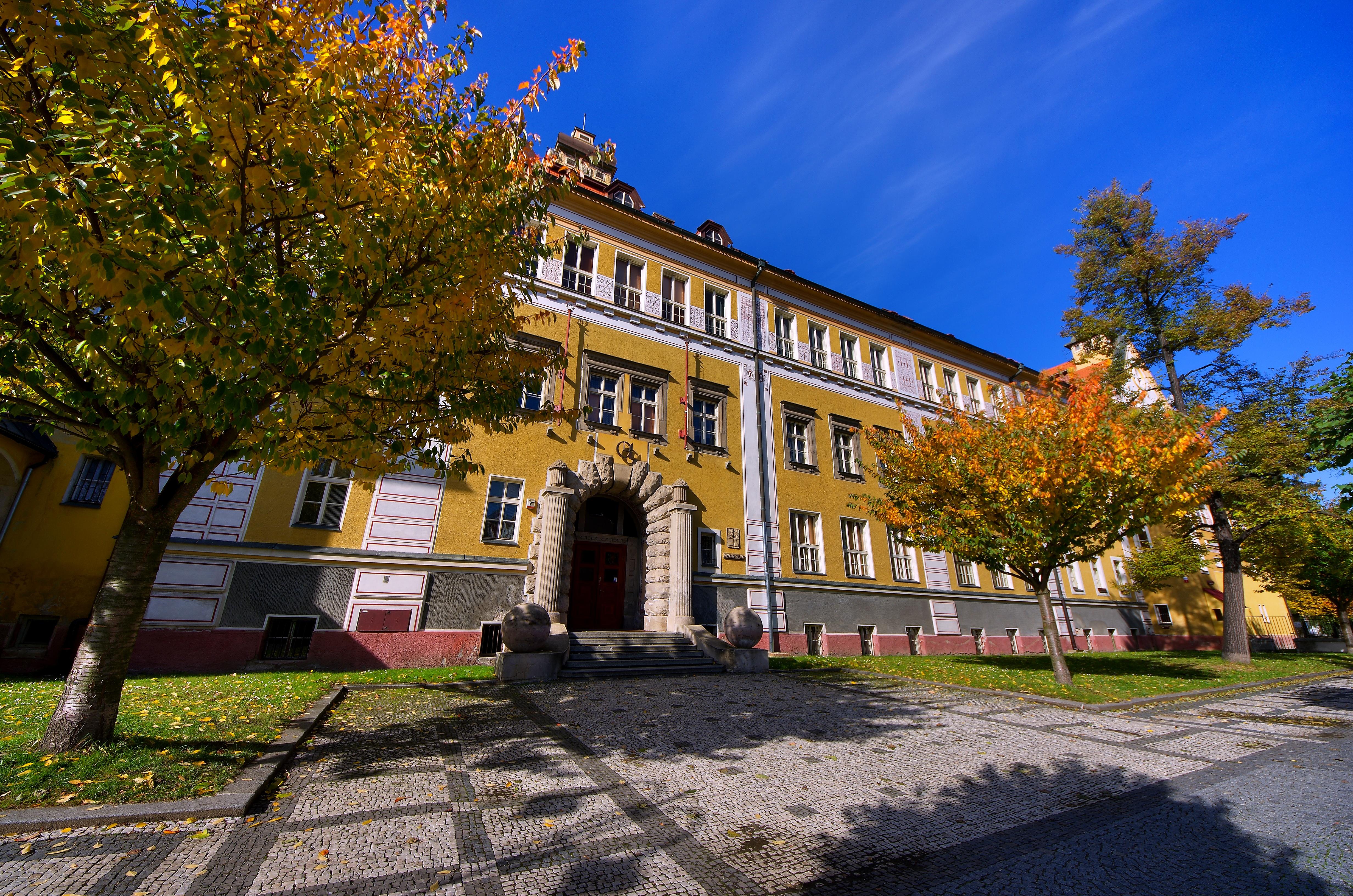 budova_podzim1.jpg